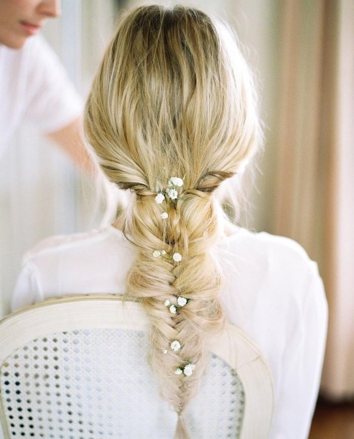 tresse épi de blé floue, avec des noeuds desserrés et décoration de petites fleurs blanches