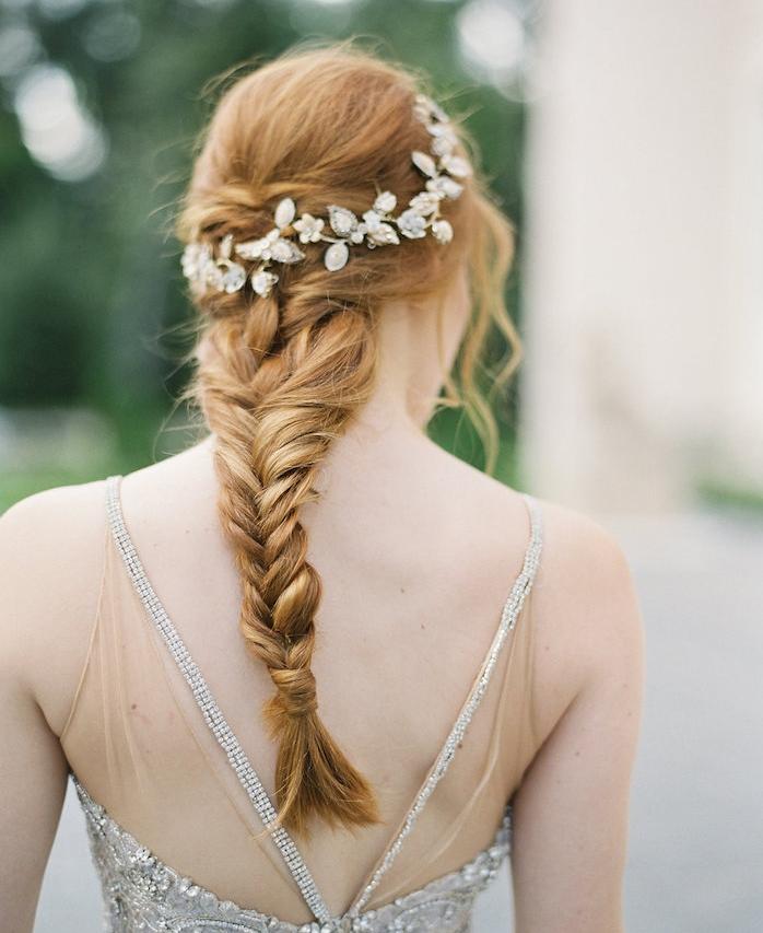 exemple de coiffure natte sur l arrière de la tête, couronne de bijou argenté avec pierres précieuses, mèches encadrant le visage