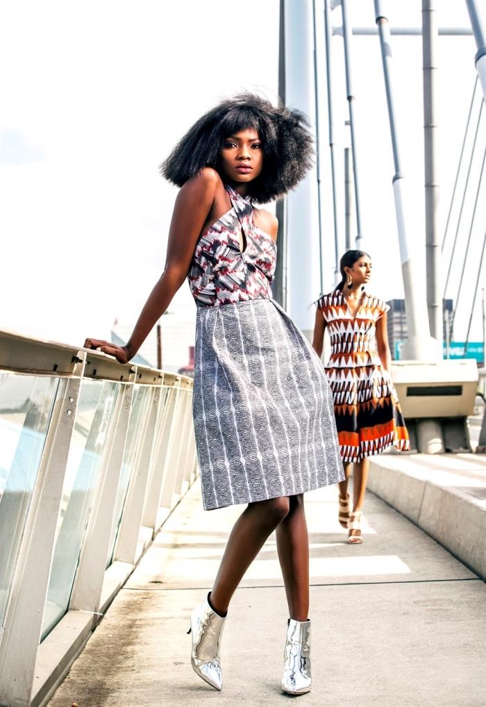 une robe wax à coupe vintage qui mixe deux motifs ethniques, combinée avec une paire de bottines argentées