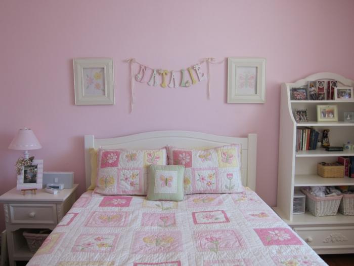 chambre rose poudré et taupe, chambre blanche et grise, murs roses, tete de lit en bois couleur blanc crème, meuble de rangement blanc crème, deux petits tableaux aux cadres blancs