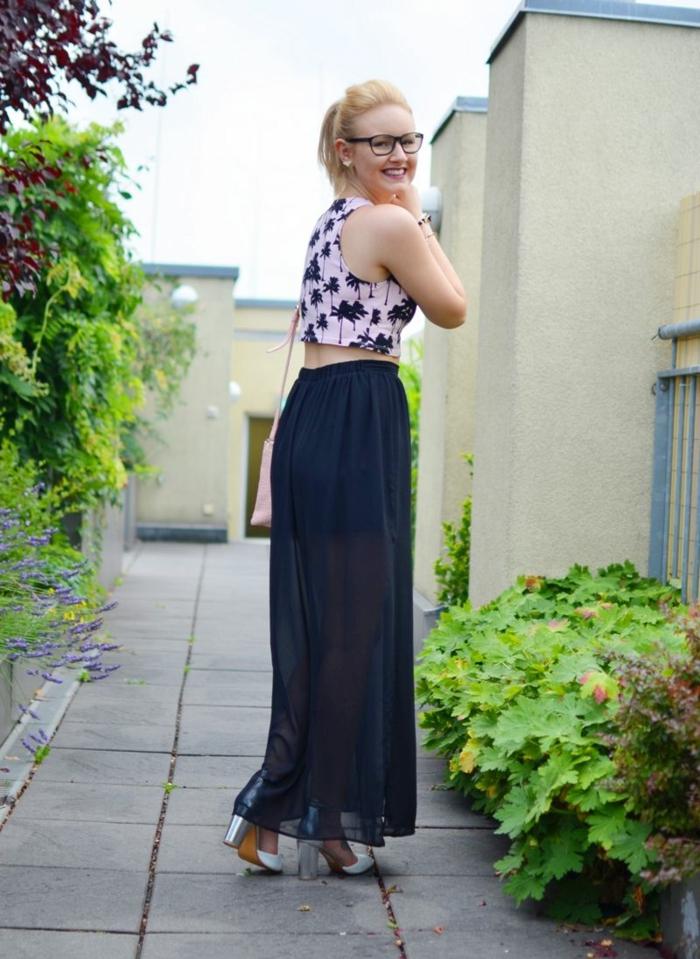 top floral palmiers, jupe longue noire, sandales à talons hauts, idées comment porter la jupe longue d'été