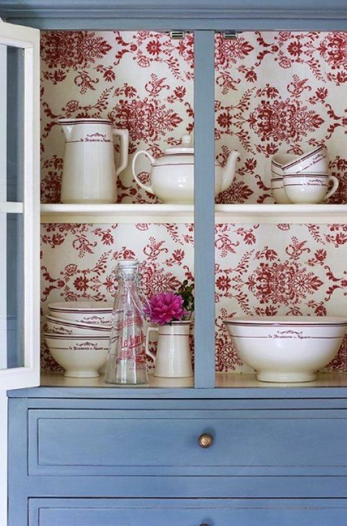 moderniser meuble ancien, grande armoire en bleu canard avec intérieur tapissé de papier peint en blanc avec des ornements arabesques et motifs fleuris vintage en rouge