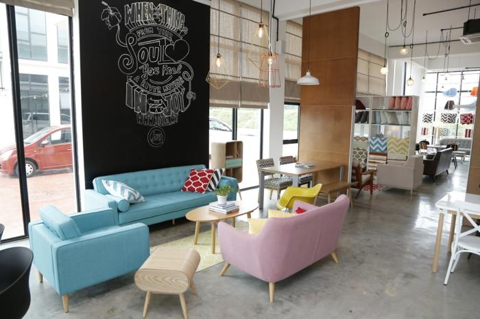 relooking meuble avant après, restaurant sympa avec des meubles aux pieds en bois clair et corps en tissu en diverses nuances pastels canapés et fauteuils en bleu pastel et rose bonbon