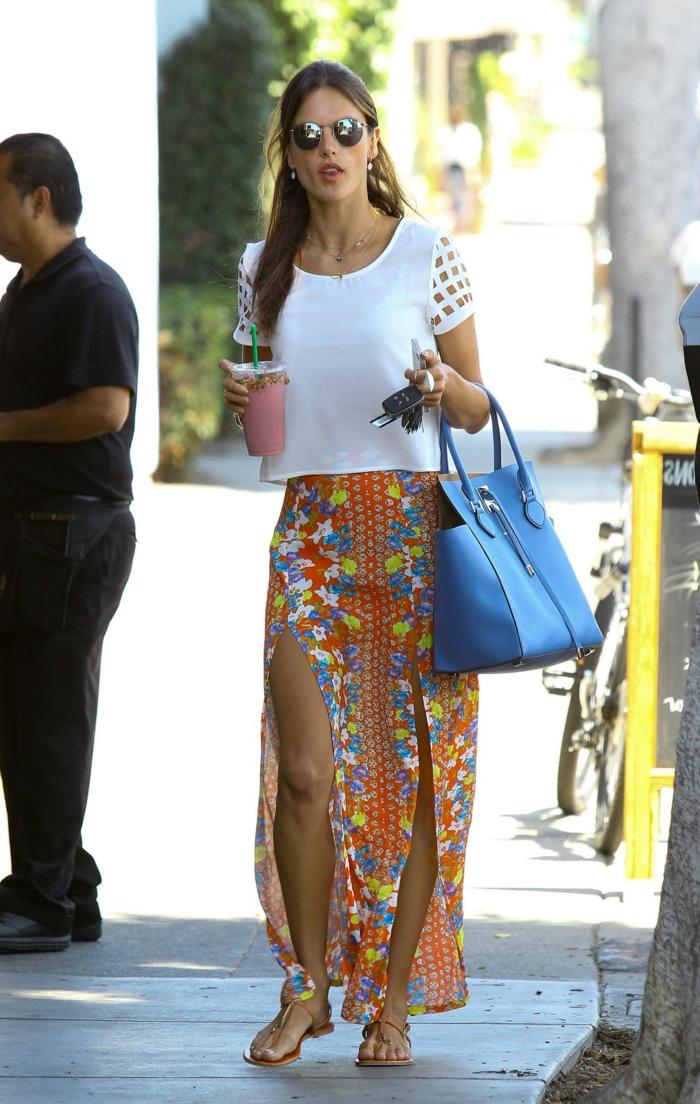 jupe longue fendue personnalisée avec un top blanc avec manches originales et un sac bleu