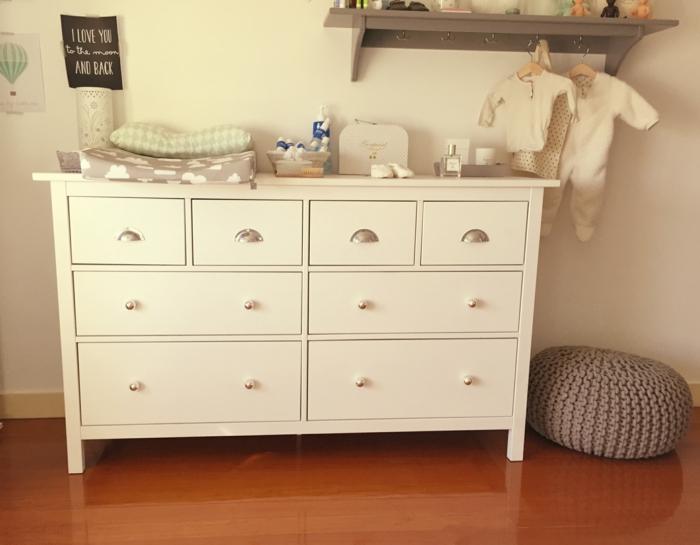 comment repeindre un meuble sans le poncer, commode blanche pour la chambre de bébé, petit tabouret tressé rond en couleur taupe