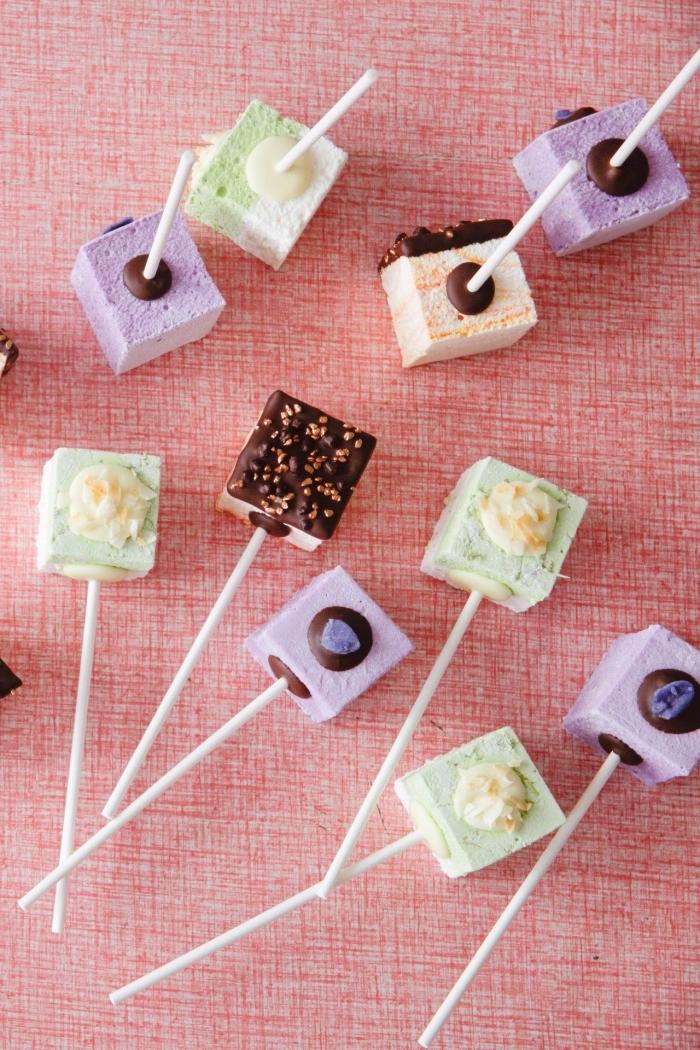 recette cake pops colorés en tons pastel à la guimauve et au chocolat pour un buffet sucré ou un bar à bonbons