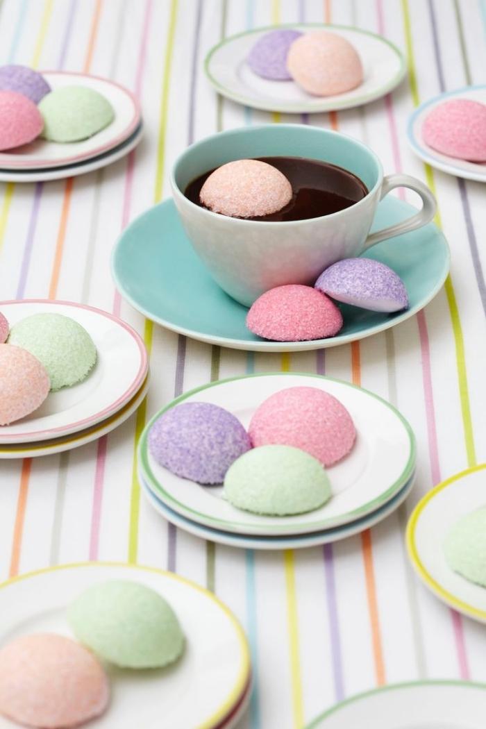 recette de petit gateau chamallow en tons pastel à servir en accompagnement avec du chocolat chaud, des truffes moelleuses et fondantes à la guimauve