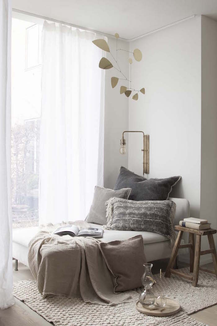Amenagement petite chambre, aménager chambre 9m2, idée aménagement simple, coin de lecture acec canapé et lampe
