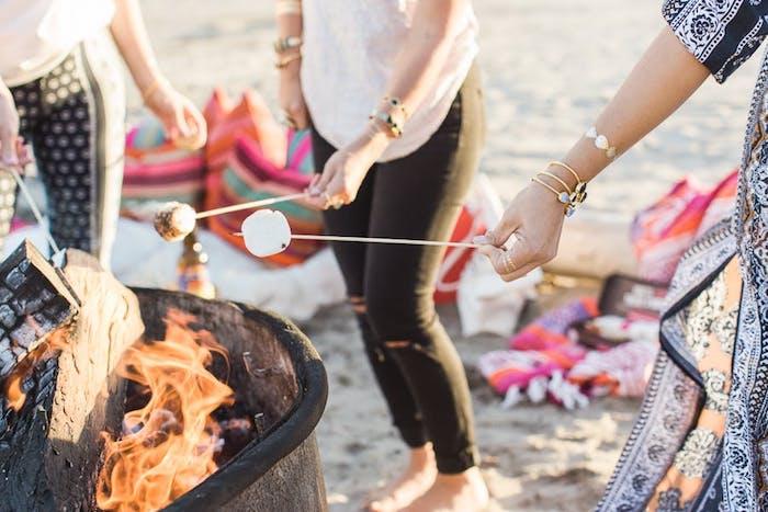 Activité enterrement de vie de jeune fille sur la plage feu de camp marshmallow feu activité evjf quoi faire pour s amuser
