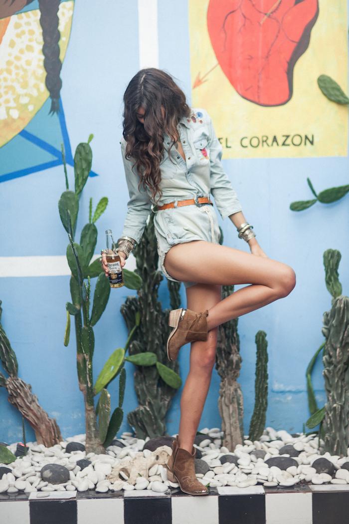 Combishort femme été, combi short jean court, une belle combinaison femme tenue de vacances, photo publicitaire
