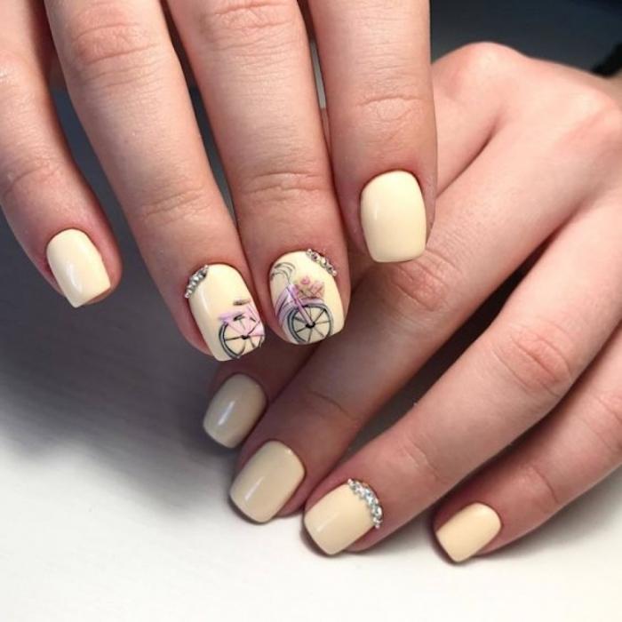 Jaune claire manucure couleur, desisin ongle bicyclette mignonne rose, ongle gel couleur, deco ongle en gel, design simple et beau