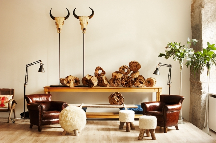 objets et accessoires de bois de style ethnique, exemple comment aménager un salon traditionnel dans l'esprit africain