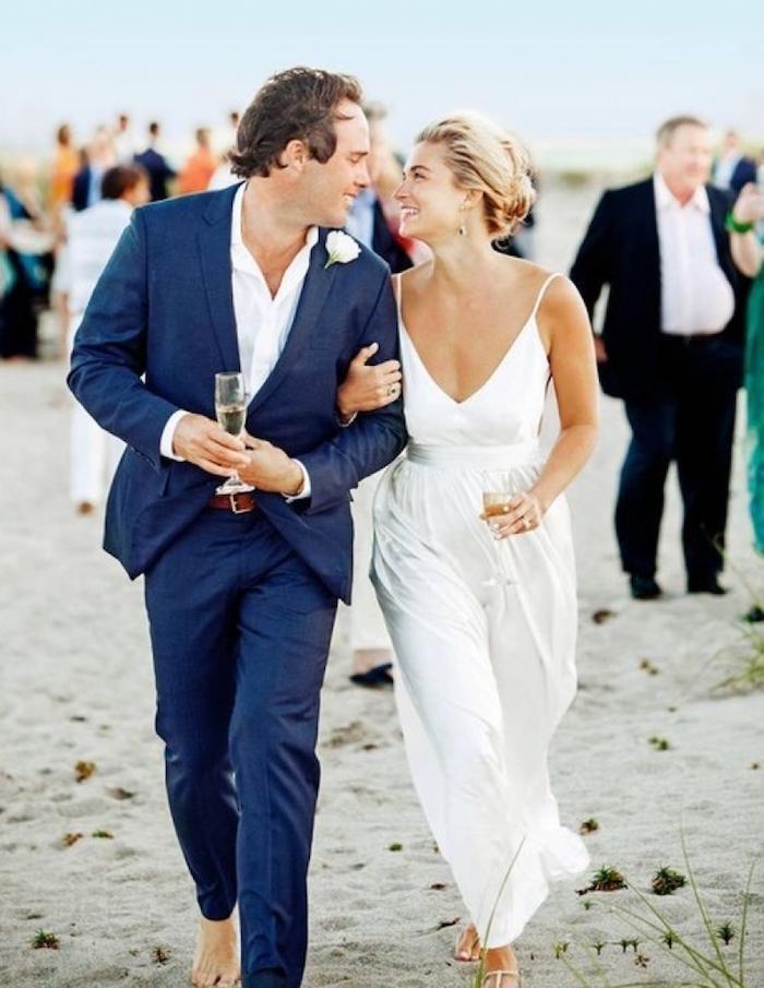 costume bleu marine homme pour mariage boheme décontracté sur la plage