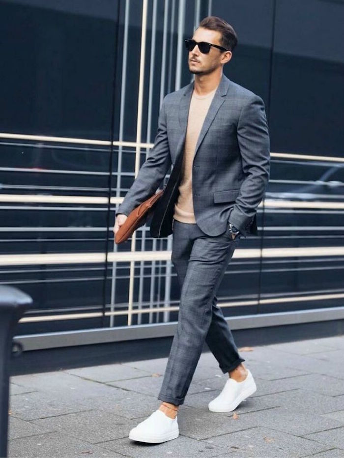 costume décontracté chic gris pour evenement décontracté avec tennis blanches