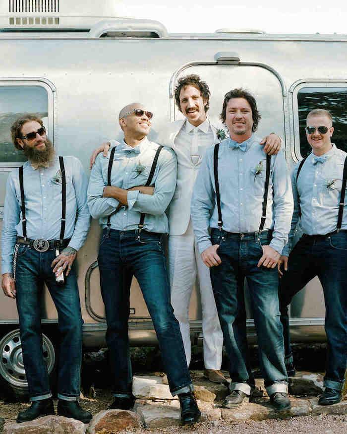 tenues pour témoins hommes de mariage décontracté en jean et chemise à bretelles