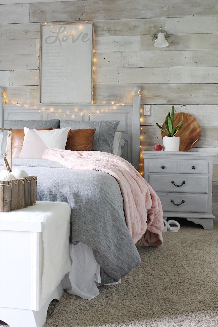 Aménager une petite chambre, aménager une chambre de 10m2, quoi mettre dans une petite chambre, guirlande lumineuse, mur de bois