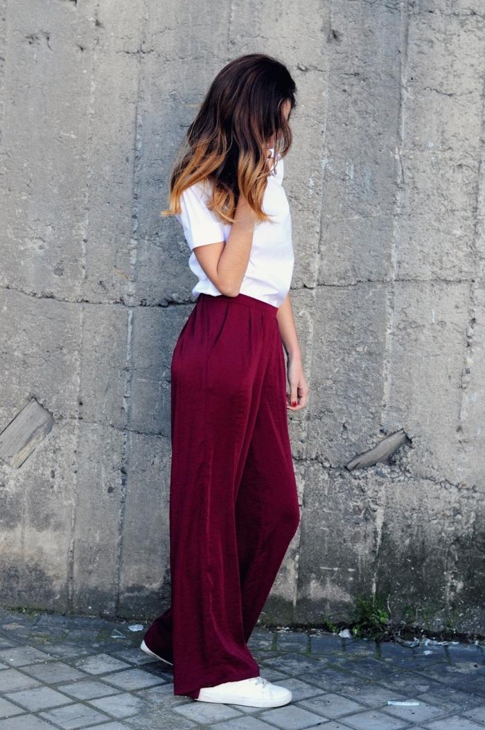 exemple de pantalon taille haute femme de couleur bordeaux combiné avec t-shirt blanc et baskets femme blancs
