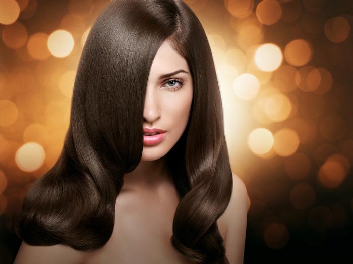 marron glacé cheveux long avec coiffure vintage style années 2à femme