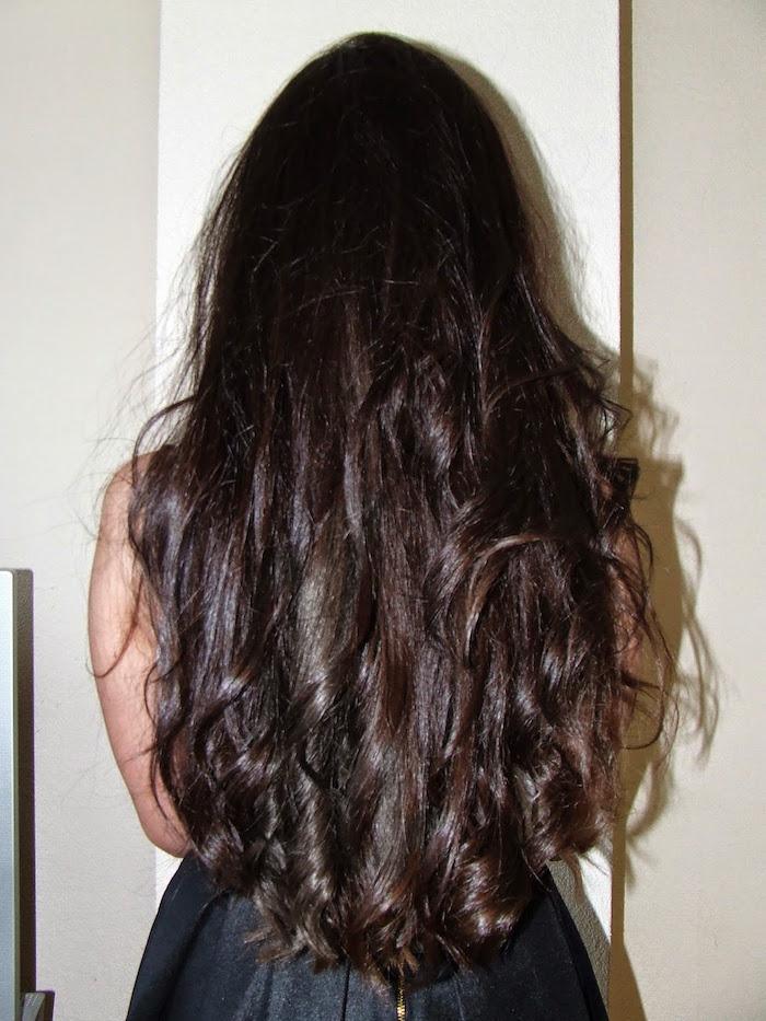 cheveux longs dans le dos avec ondulations et volume couleur brun foncé glacé