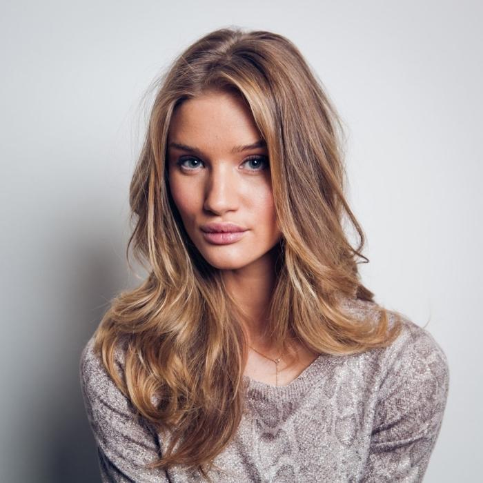 modèle de balayage blond miel sur cheveux clairs, idée maquillage nude pour yeux bleus ou verts, balayage naturel aux reflets dorés