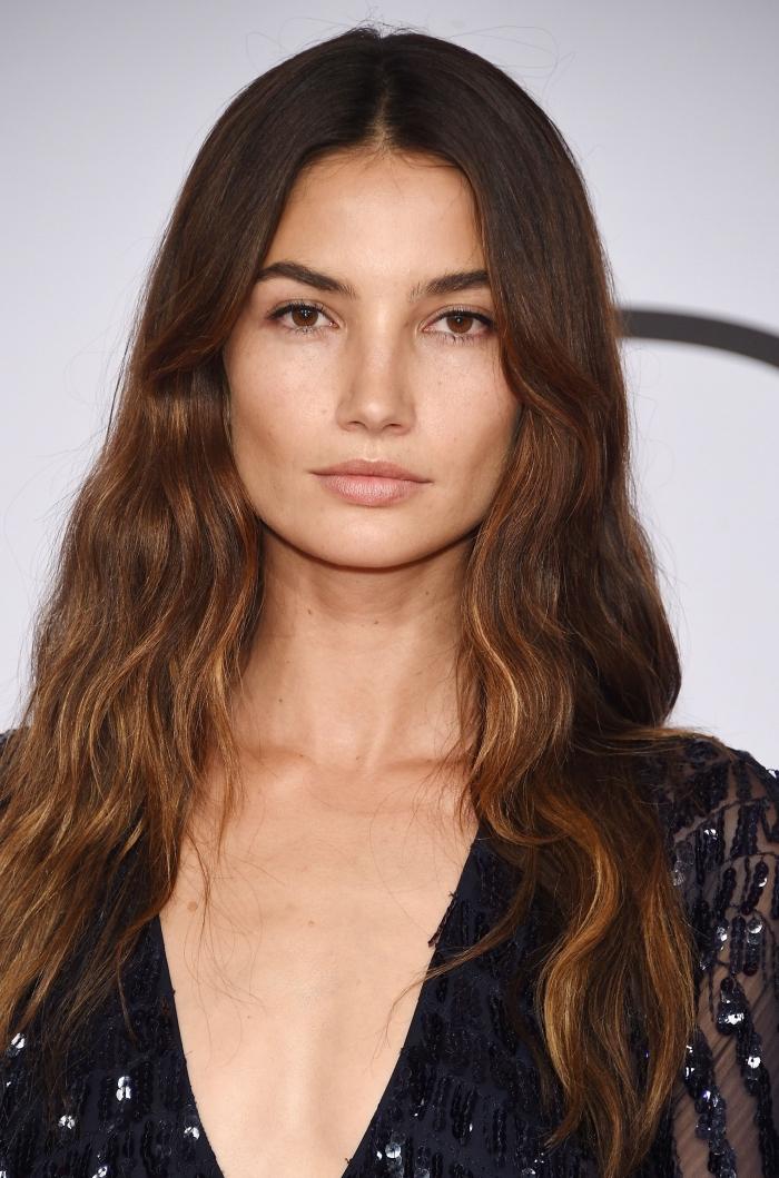 idée coloration de cheveux partielle avec un balayage sur brune, couleur de cheveux base marron avec pointes cuivrés