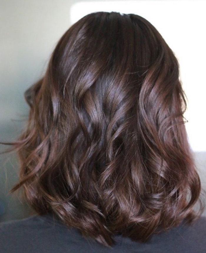 photo femme avec teinture marron glacé sur cheveux bouclés mi long