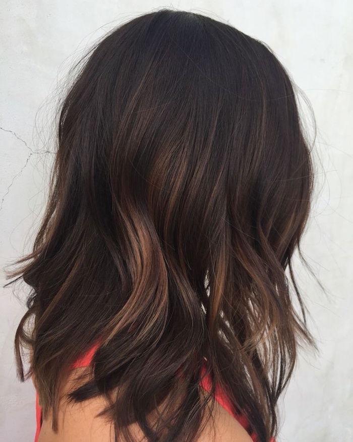 coiffure ondulée avec balayage miel doré sur cheveux marron glacé