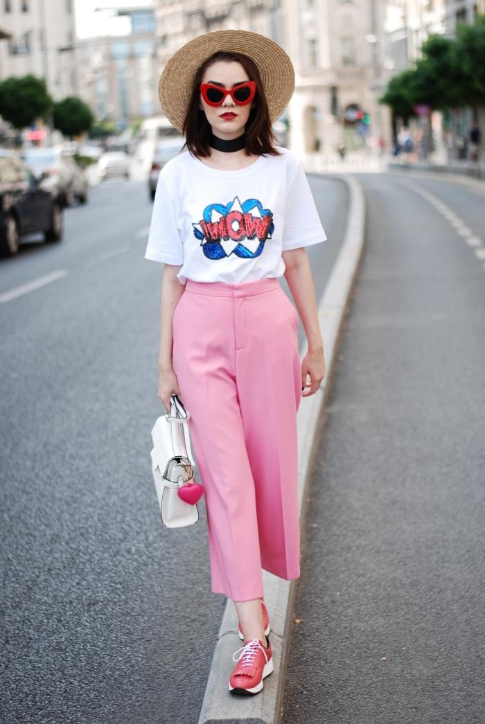 exemple de pantalon fluide femme été de couleur rose avec t-shirt blanc et baskets en blanc et rose, modèle de capeline beige en paille