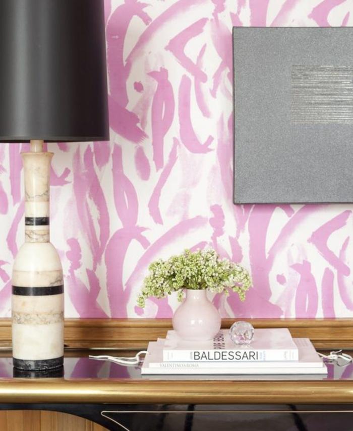 rose poudree, murs en couleur rose pale et blanc, luminaire de chevet avec base en couleur ivoire et noire avec abat-jour noir, table d'entrée en noir et couleur dorée