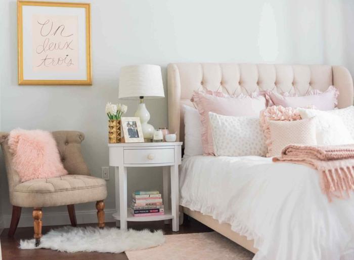 chambre rose poudré, tete de lit en couleur rose pale, petit fauteuil en tissu beige clair, tapis rose pale, rose poudree, tableau au cadre doré avec l'inscription en lettres dorées Un, deux, trois