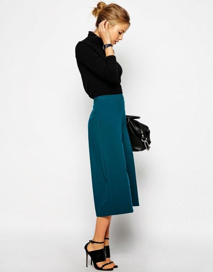 look élégant et stylé en pantacourt femme de couleur bleu foncé avec pull noir et sandales à talons noires