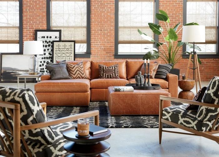 exemple de décor traditionnel dans un salon aux murs en briques rouges avec meubles en cuir et design géométrique