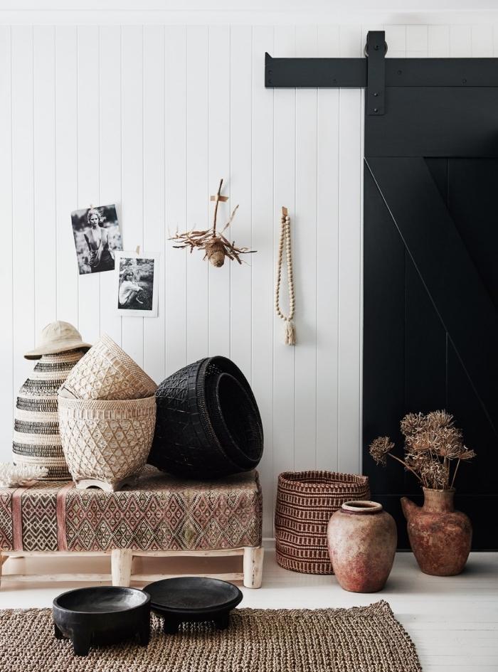 idée comment décorer une pièce de style ethnique chic avec accessoires et objets traditionnels pour culture africaine