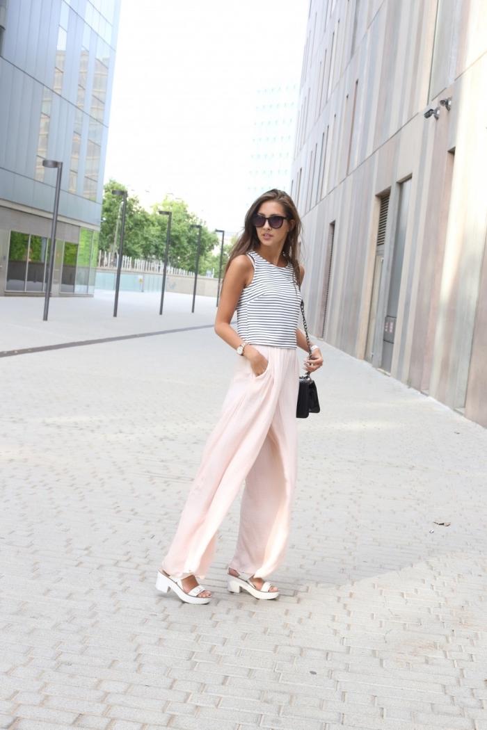 avec quelle couleur associer le pantalon rose pastel, modèle de top rayé en blanc et noir combiné avec pantalon rose et sandales blanches