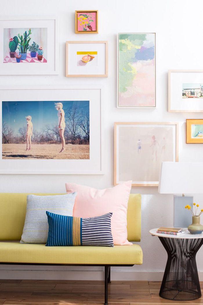 Idée déco petite chambre adulte, aménager une chambre de 10m2 stylée, tableaux art, mur joliment décorée aux couleurs pastel, petit salon déco murale avec photos