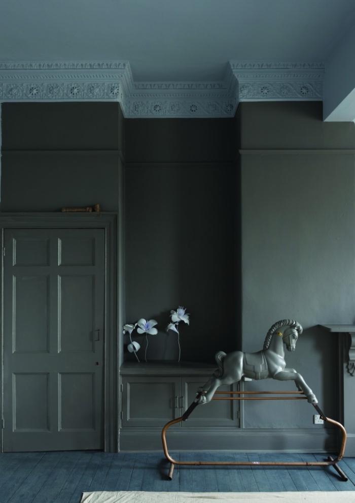salon d'ambiance classique et élégant peint en vert et bleu gris, une porte peinte en même couleur que les murs