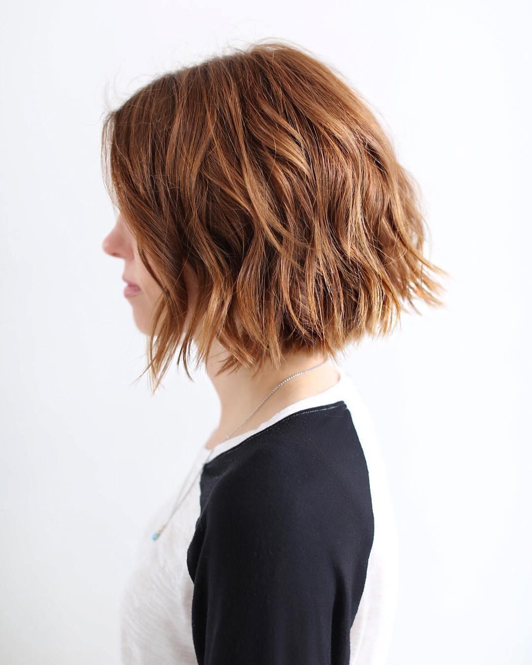 cheveux volumineux avec une coiffure ondulée sur cheveux chatain clair, idée de coiffure de tous les jours