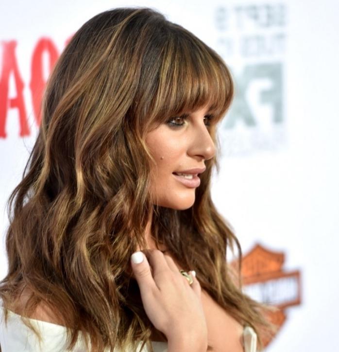 balayage brune sur cheveux longs aux reflets dorés, idée coupe de cheveux longs en couches avec frange courte