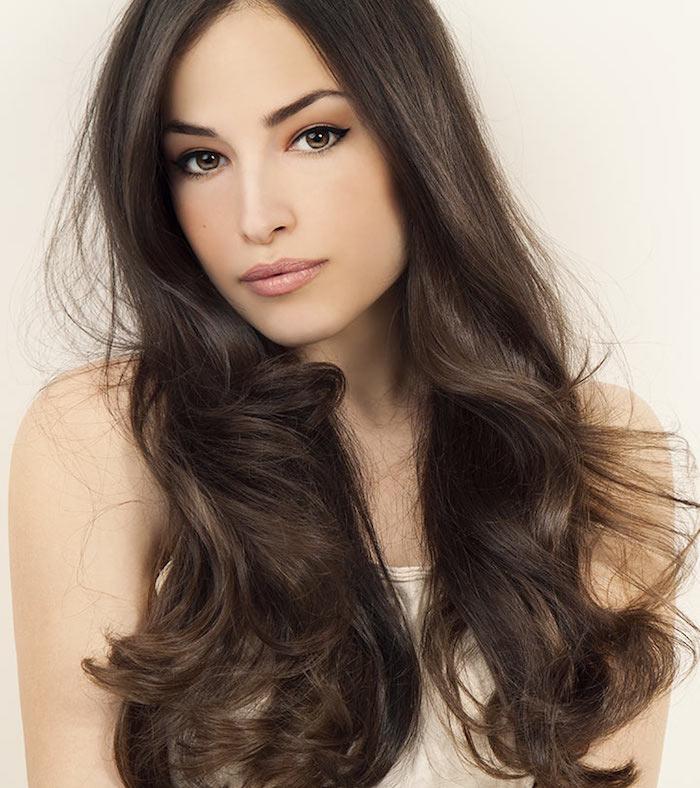exemple de teinture marron glacé sur cheveux longs et ondulations à mi longueur