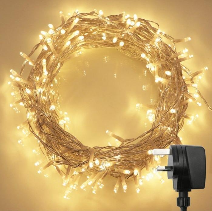 guirlande lumineuse pour chambre en forme de couronne, suggestion pour les fêtes de Noel, guirlande lumineuse interieur, mur jaune