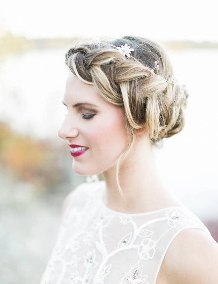 exemple de tresse couronne femme mariée avec un serre tête fleuri, robe de mariée haut transparent