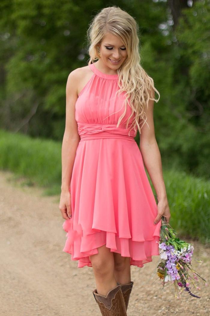Tenue de mariage chic et champetre bouquet dans la main tenue vetement champetre avec bottes country style être une femme bien habillee pour mariage champetre