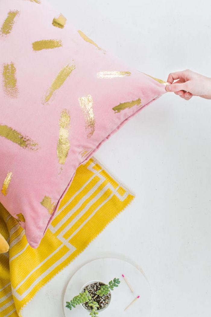 Amenagement salon salle à manger 30m2 déco séjour à la mode hausse d oreiller rose avec marques dorés diy