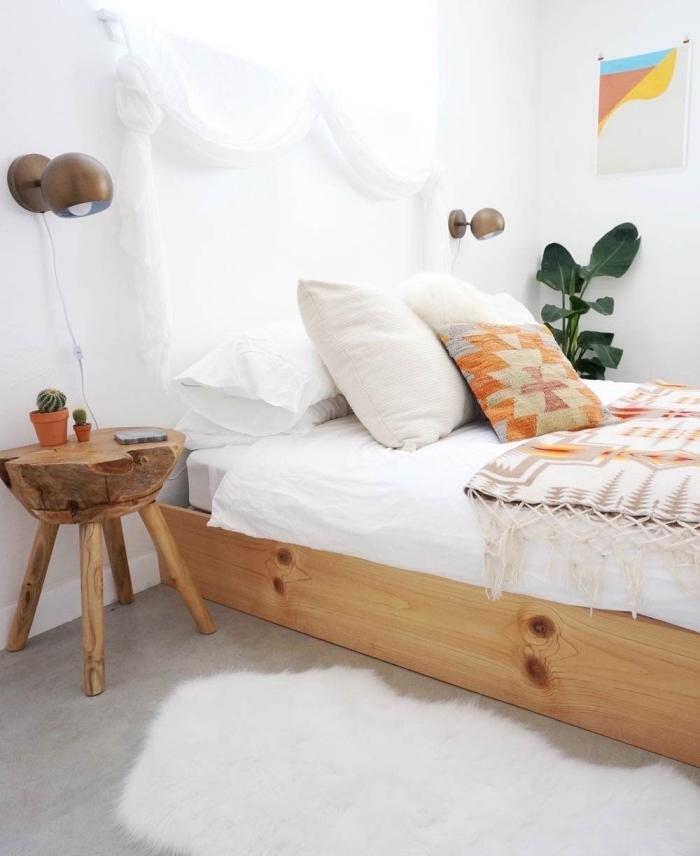 déco chambre ado de style boheme chic avec cadre de lit en bois clair et table de chevet en bois massif, déco de lit avec coussins et plaid aux motifs géométriques