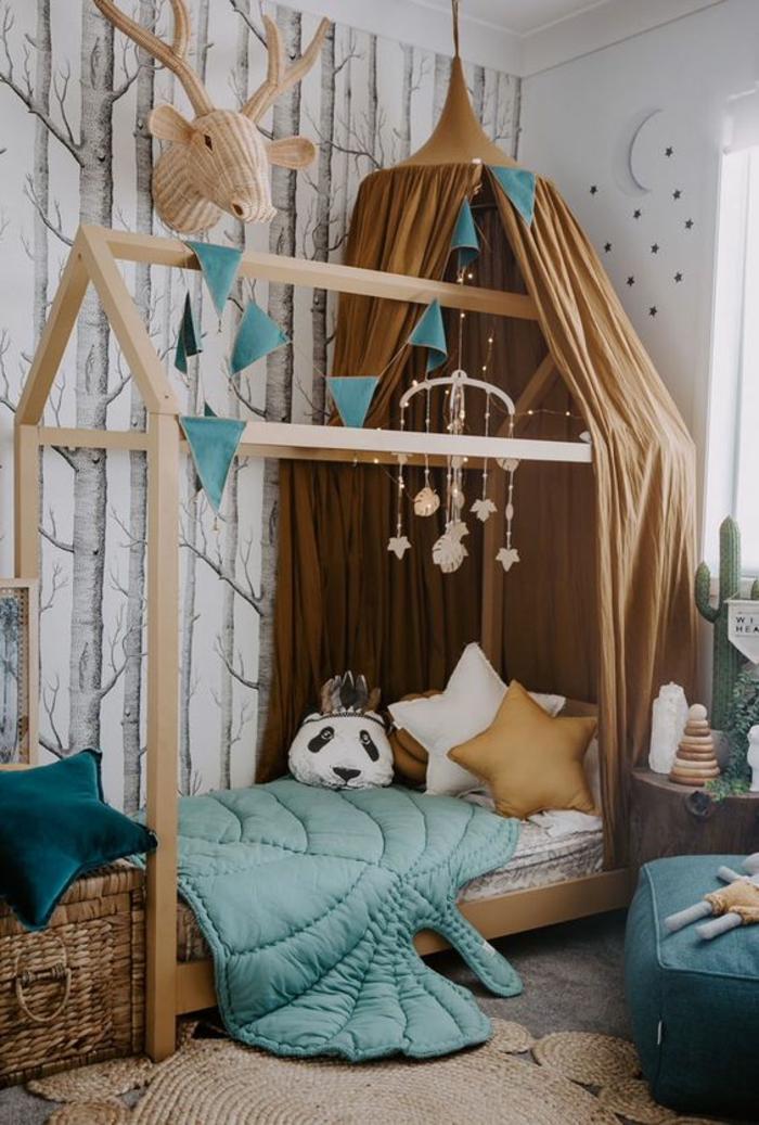 cabane enfant lit en forme de maison, élément en tissu marron clair qui rappelle la tour d'un château, tapis rond tressé en marron clair