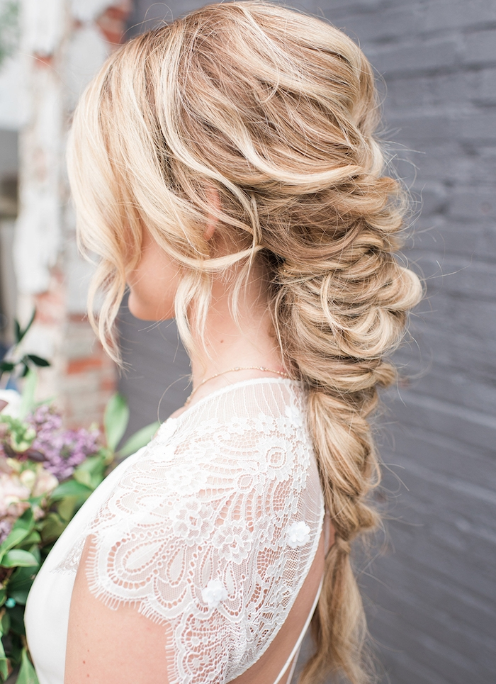 tresse volumineuse avec des mèches encadrant le visage, cheveux longs blond, robe de mariée dentelle