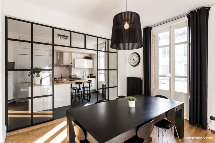 verriere style atelier d'artiste, cuisine et salle à manger, grande table rectangulaire, lampe pendante noire, grande fenêtre