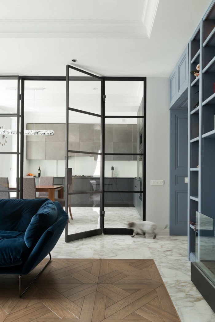 verriere cuisine industrielle, grand sofa bleu, étagère bibliothèque bleue, cuisine gris et blanc