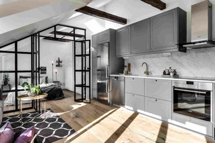 cloison verriere entre la chambre et la cuisine, placards de cuisine en gris, sol en bois