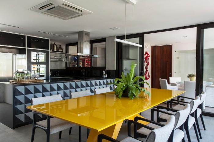 porte verriere coulissante, table jaune rectangulaire, chaises gris et bois, cuisine et salle à manger